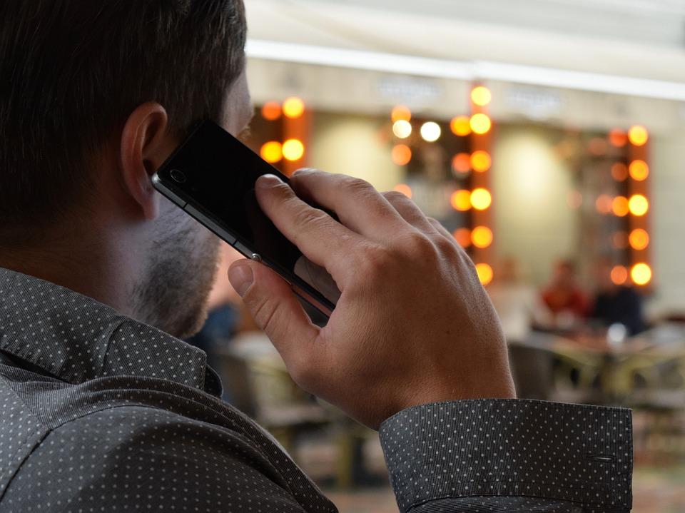 man-talking-on-the-phone-1582238_960_720